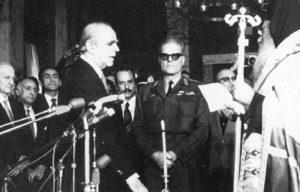 1974: Ορκωμοσία Καραμανλή υπό το άγρυπνο βλέμμα του στρατηγού Γκιζίκη