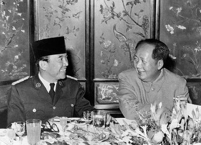 24 Nov 1956, Peiping, China --- 11/24/1956-Peiping, China: President Dr. Sukarno of Indonesia, left, is seen chatting with Chairman Mao Tse-Tung of the People's Republic of China (Communist) during a banquet here given by the chairman of the Red China in honor of the Indonesian President. --- Image by © Bettmann/CORBIS