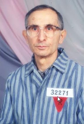 Ο Βλαδίμηρος Τζελαλή με τη στολή που φορούσε σαν κρατούμενος, επισκέπτης στο Νταχάου, το 1995