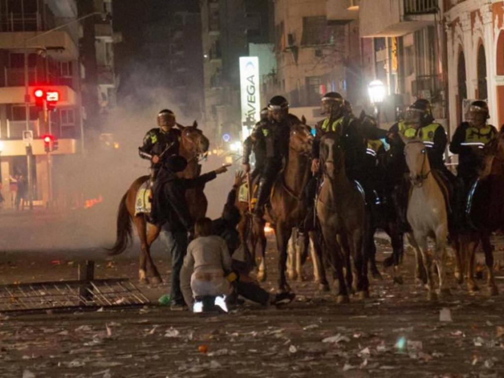 Το Τουκουμάν, στο βορρά της Αργεντινής, μετατράπηκε κυριολεκτικά σε πεδίο μάχης όταν δεκάδες χιλιάδες πολίτες βγήκαν στους δρόμους οργισμένοι από την απόπειρα εκτεταμένης νοθείας στις προκριματικές εκλογές.