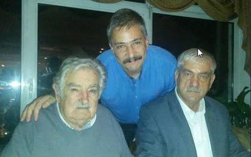 Ο Αλπ Άλτινορς, όρθιος στο κέντρο. Αριστερά του ο πρώην πρόεδρος της Ουρουγουάης Χοσέ «Πέπε» Μουχίκα. Το πείραμα της σύγκλισης του κουρδικού κινήματος με την τουρκική ριζοσπαστική και επαναστατική Αριστερά, που μορφοποιήθηκε στη δημιουργία του Δημοκρατικού Κόμματος των Λαών – HDP, έγινε δεκτό με ενθουσιασμό στο διεθνές προοδευτικό κίνημα και μετρά σημαντικούς υποστηρικτές και εκτός Ευρώπης.