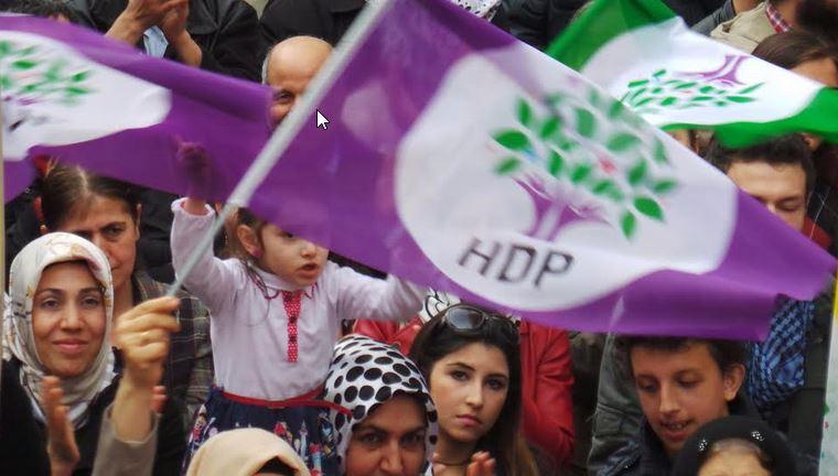 Το Δημοκρατικό Κόμμα των Λαών παραμένει το μεγαλύτερο εμπόδιο στα σκοτεινά σχέδια του Ερντογάν, ο οποίος απέτυχε να το αφήσει εκτός Βουλής.