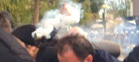 H συμπρόεδρος του HDP Φιγκέν Γιουκσεκντάγ επιχείρησε την Πέμπτη να επισκεφθεί την αποκλεισμένη κουρδική πόλη Σιλβάν. Η στρατοχωροφυλακή την εμπόδισε κάνοντας χρήση δακρυγόνων και αντλιών νερού! Σημάδευαν για να σκοτώσουν: στην φωτογραφία, η στιγμή που το βλήμα του δακρυγόνου τη χτυπά στο κεφάλι.