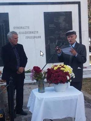 Ο Ηλίας Μεταλλίδης (δεξιά) σε στιγμιότυπο από την εκδήλωση μνήμης για τη σφαγή, από Ταγματασφαλίτες το 1946, 47 αμάχων κατοίκων στην Ξηρόβρυση Κιλκίς