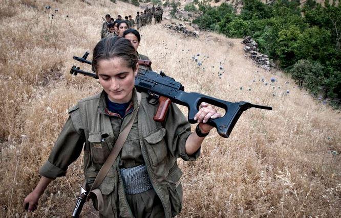 Το καθεστώς της Άγκυρας «απάντησε» στη μονομερή εκεχειρία που είχαν κηρύξει προεκλογικά οι αντάρτες του ΡΚΚ, μακελεύοντας στην Άγκυρα τη διαδήλωση υπέρ της ειρήνης και εξαπολύοντας πογκρόμ τρόμου ενάντια στους αμάχους στο βόρειο Κουρδιστάν. Μετά τις εκλογές, ο Ερντογάν δήλωσε ότι «θα εξολοθρεύσει ολοκληρωτικά τους τρομοκράτες». Το ΡΚΚ ανακοίνωσε προχτές, μετά τις νέες επιθέσεις του τουρκικού στρατού, ότι η μονομερής εκεχειρία παύει να ισχύει. Στη φωτό, αντάρτισσες σε πορεία στα βουνά του Κουρδιστάν.