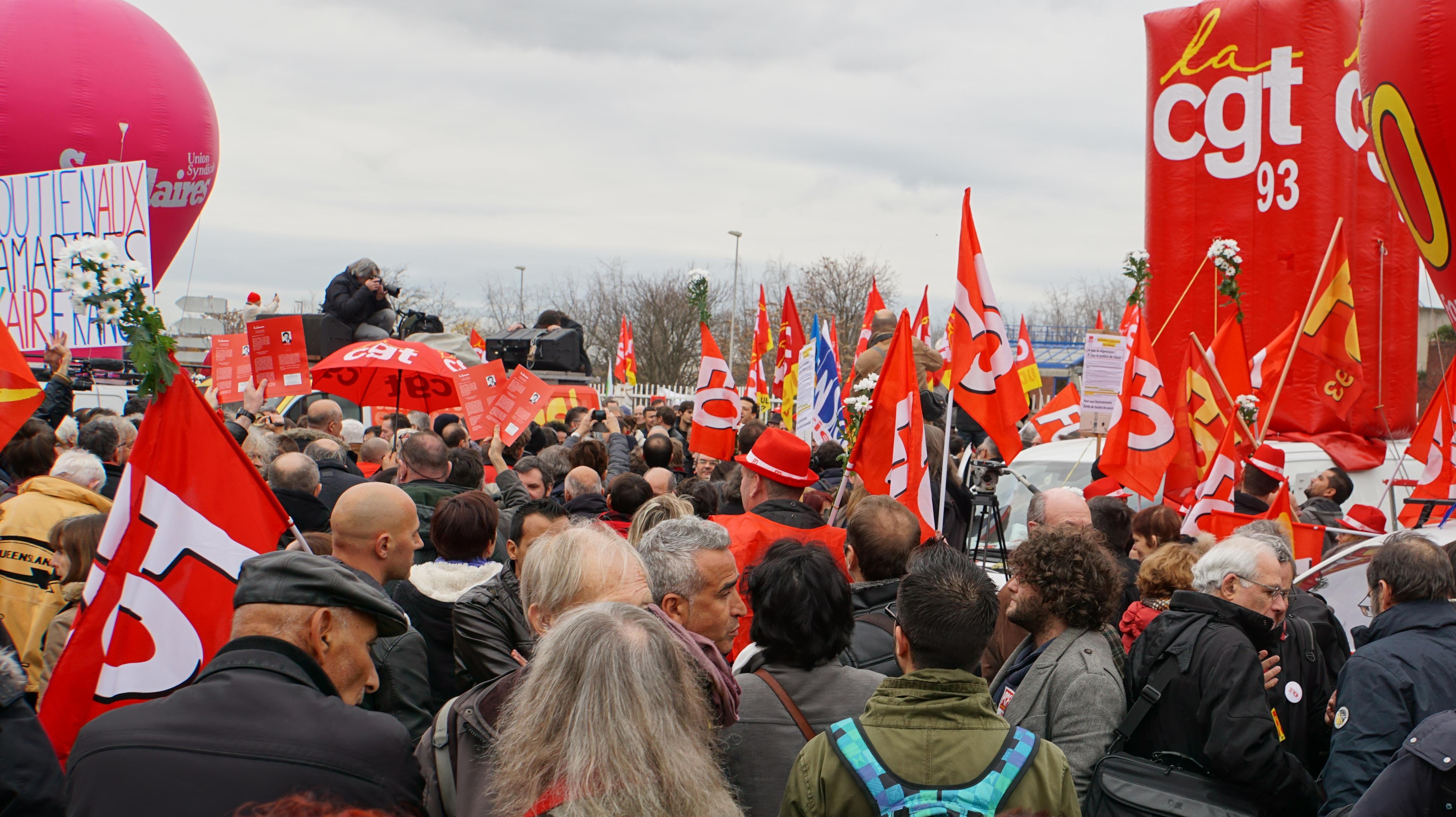 Χιλιάδες πολίτες ανταποκρίθηκαν το Σάββατο στο κάλεσμα συνδικάτων και πρωτοβουλιών αλληλεγγύης και συγκεντρώθηκαν στο προάστιο Μπομπινί, όπου δικάζονταν 5 εργαζόμενοι της Air France για «βίαιη επίθεση» εναντίον διευθυντικών στελεχών της εταιρίας. Αντίστοιχες συγκεντρώσεις πραγματοποιήθηκαν σε πολλές ακόμη γαλλικές πόλεις, παρά την «απαγόρευση συναθροίσεων λόγω έκτακτης ανάγκης».
