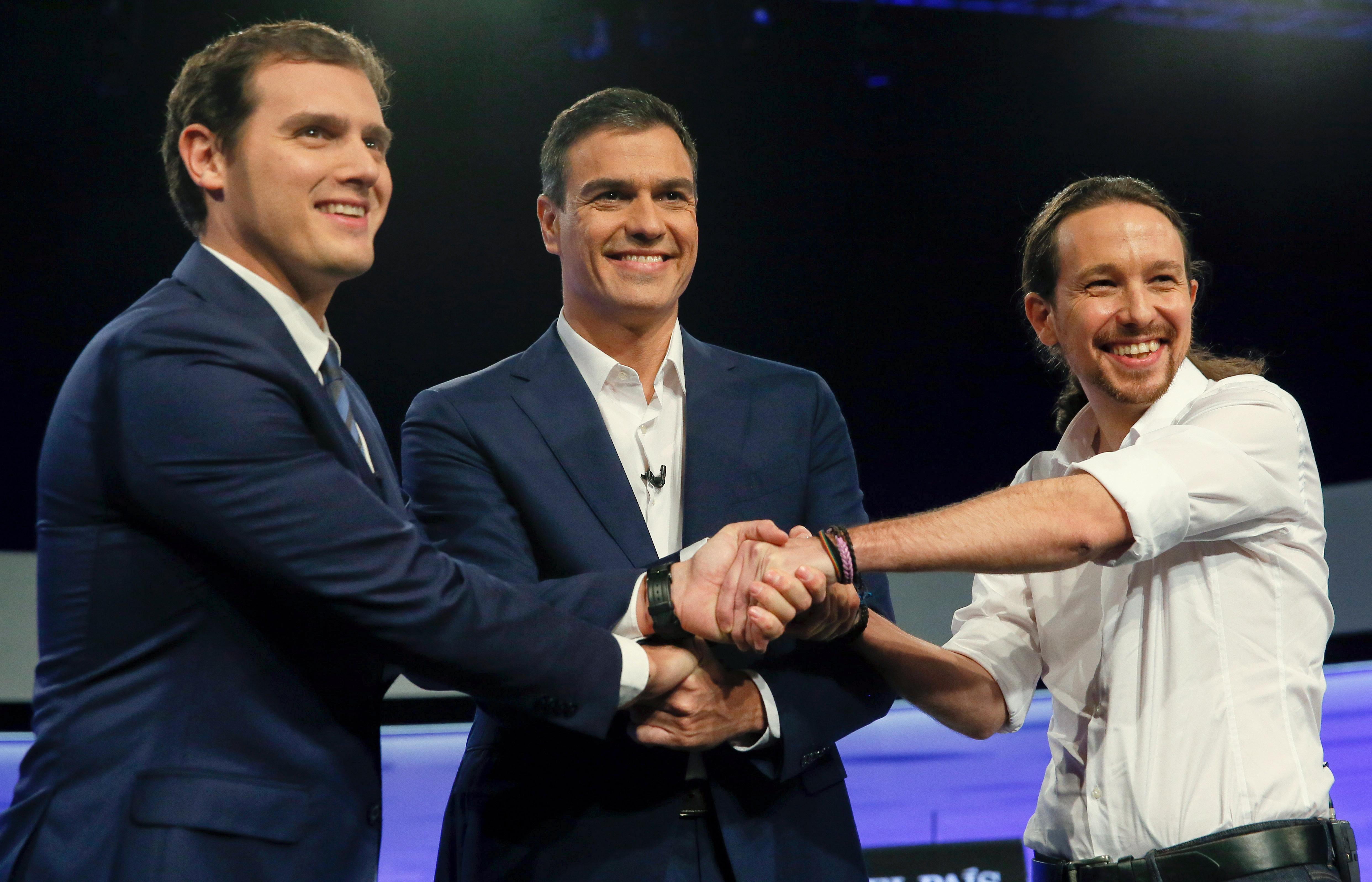 Αριστερά ο επικεφαλής των Ciudadanos Ριβέρα, ο σοσιαλιστής Σάντσες στο κέντρο, και δεξιά ο Ιγκλέσιας των Podemos. Μια… χαρούμενη και συναινετική φωτογραφία που οι περισσότεροι ψηφοφόροι των Podemos (αλλά και της Ενωμένης Αριστεράς και της Πατριωτικής Αριστεράς) ελπίζουν να μην έχει συνέχεια!