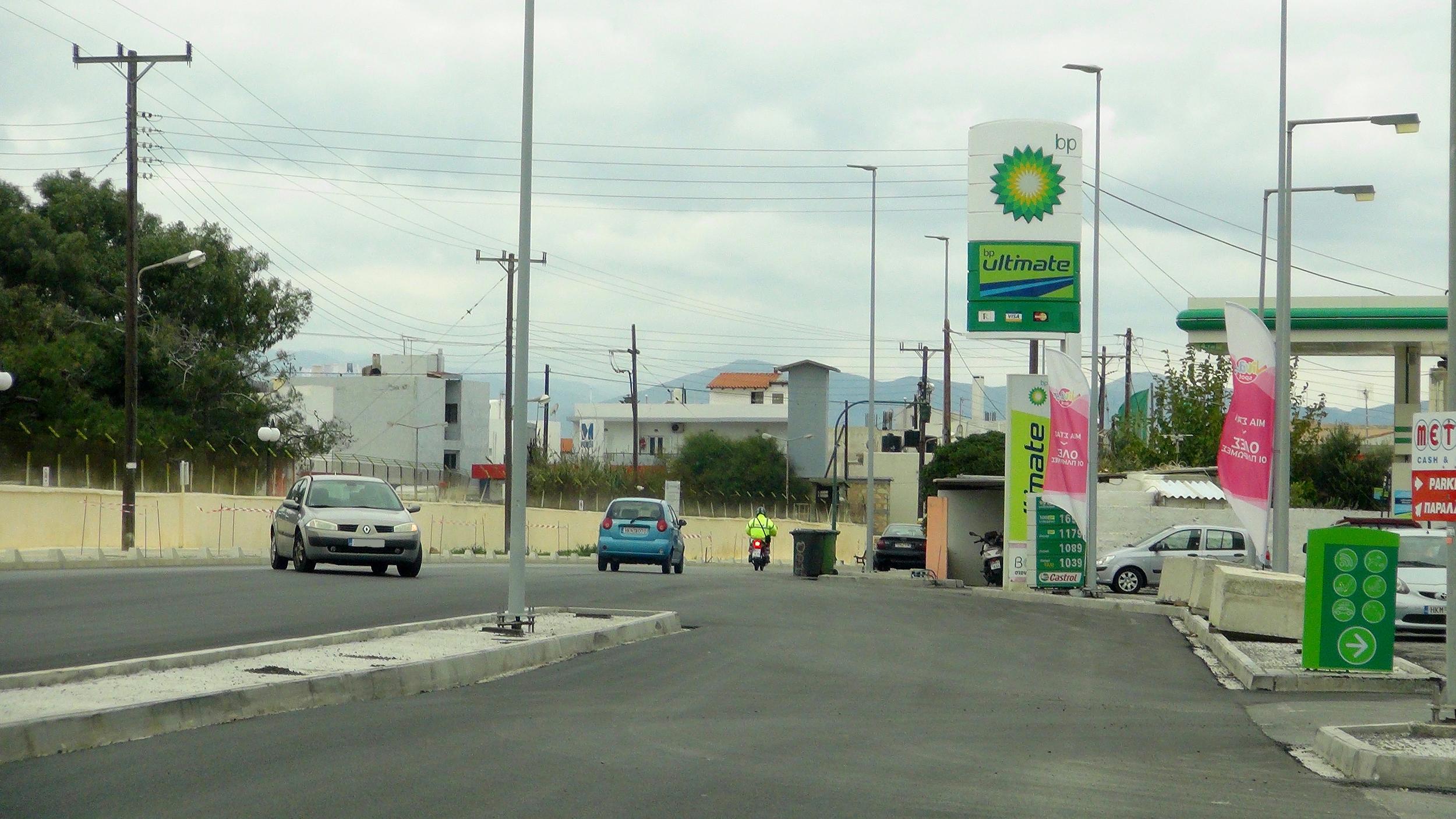 Στη φωτογραφία φαίνεται η διαδρομή που πρέπει να ακολουθήσει ένα αυτοκίνητο για να μπει στο βενζινάδικο, μπαίνοντας αρχικά στο αντίθετο ρεύμα της Λ. Ικάρου, στη συνέχεια στον παράδρομο και μετά στην είσοδο του πρατηρίου