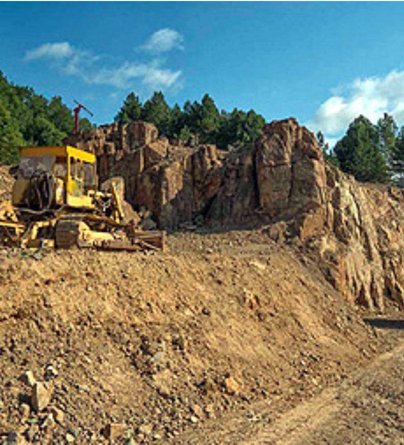 Μπουλντόζα καταστρέφει τα μαγκανέζια –επιφανειακό χαλκούχο κοίτασμα– και ακριβώς από κάτω της βρίσκεται ο αρχαιολογικός χώρος