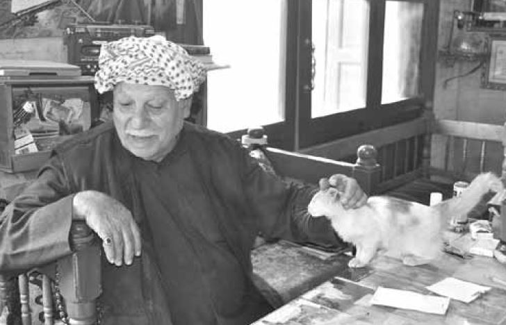 Ο Haji Mohammed al Khushali, ιδιοκτήτης του λογοτεχνικού καφενείου Shahbander, που έχασε και τα πέντε του αγόρια στη βομβιστική επίθεση του 2007