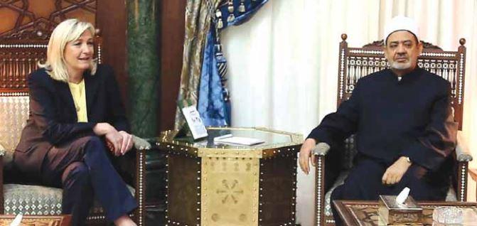 Στην προσπάθειά της να διαμορφώσει ένα προφίλ κατάλληλο για τις προεδρικές εκλογές του 2017, η Λεπέν πραγματοποιεί διεθνείς επαφές και σπάει το στερεότυπο της παραδοσιακής ακροδεξιάς πολιτικού: εδώ σε συνάντησή της στο Κάιρο με τον Μεγάλο Ιμάμη του Αλ-Αζχάρ – «τον σπουδαιότερο σουνίτη ηγέτη παγκοσμίως», όπως έγραψε η ίδια, προσθέτοντας: «Θέλησα να συναντήσω τον Μεγάλο Ιμάμη ώστε να του εκθέσω το πραγματικό πολιτικό σχέδιό μου και να διορθώσω έτσι τις ατυχείς επιπτώσεις που έχει η παραπληροφόρηση των ΜΜΕ στη συνείδηση πολλών μουσουλμάνων σε όλο τον κόσμο όσον αφορά τις θέσεις του Εθνικού Μετώπου»!