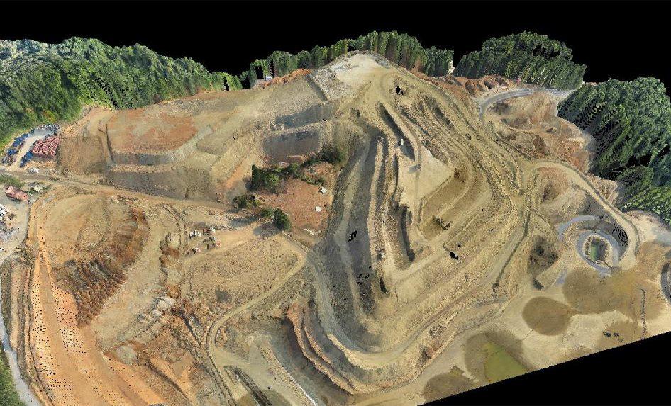 Ο αρχαιολογικός χώρος όπως φωτοαποτυπώθηκε με εναέρια μέσα τον Αύγουστο του 2015. Ο αρχαιολογικός χώρος και γύρω-γύρω τόνοι χώματος