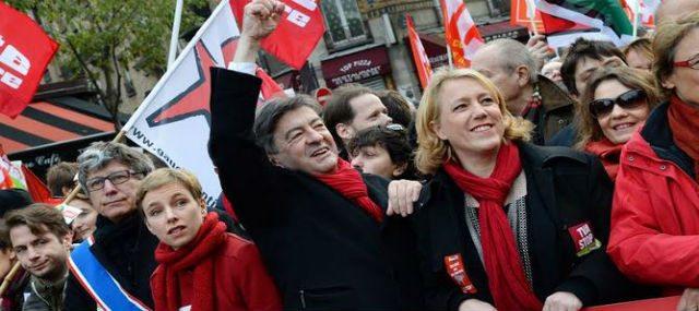Ο Ζαν Λικ Μελανσόν, επικεφαλής του Κόμματος της Αριστεράς (στο κέντρο της φωτογραφίας), είχε ήδη διαφοροποιηθεί από το Γαλλικό Κ.Κ. τασσόμενος ενάντια στην επιβολή καθεστώτος έκτακτης ανάγκης. Τώρα προέβη σε ακόμη πιο σκληρή επίθεση εναντίον του Γάλλου προέδρου Ολάντ και του «σοσιαλιστή» πρωθυπουργού Βαλς όσον αφορά την αφαίρεση ιθαγένειας: «Καταραμένοι να είναι γι' αυτήν την άνευ προηγουμένου ντροπή! Ακόμη κι ο Πετέν είχε βάλει όρια στην αφαίρεση ιθαγένειας. Ο Ολάντ και ο Βαλς, όχι…»