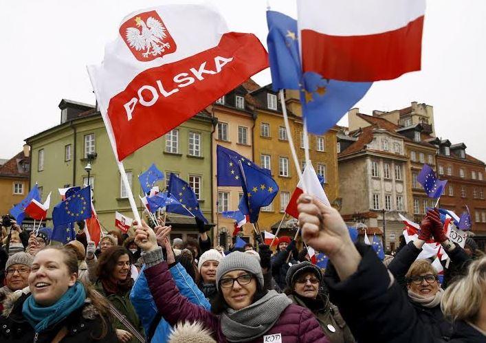 Η «δημοκρατική» αντιπολίτευση διαδηλώνει κατά του ελέγχου της κρατικής τηλεόρασης από την κυβέρνηση με σημαίες της Ευρωπαϊκής Ένωσης: δεν είναι να απορεί κανείς που καταποντίστηκε στις εκλογές…
