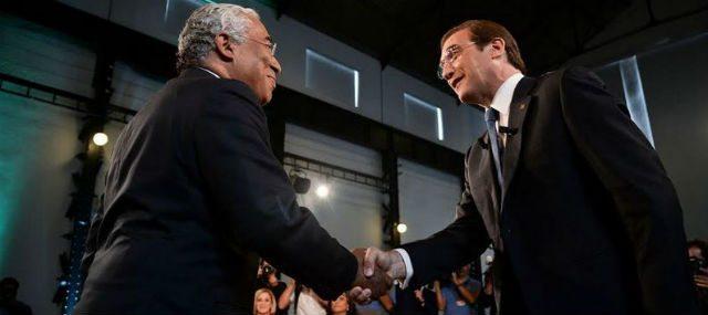 Τελικά, οι χειραψίες του Πορτογάλου «σοσιαλιστή» πρωθυπουργού Αντόνιο Κόστα με τον δεξιό προκάτοχό του Πάσος Κοέλιο δεν ήταν απλά θέμα πολιτικής ευγένειας… Μόλις η Αριστερά αντέδρασε στη συνέχιση της αφαίμαξης του κρατικού προϋπολογισμού προς όφελος των τραπεζιτών, η πορτογαλική Δεξιά έσπευσε να στηρίξει την κυβέρνηση του Κόστα, που σχηματίστηκε χάρη στις ψήφους των αριστερών βουλευτών! Αλλά το μεγαλύτερο πρόβλημα ίσως είναι ότι η Αριστερά εξεπλάγη με αυτήν την εξέλιξη…