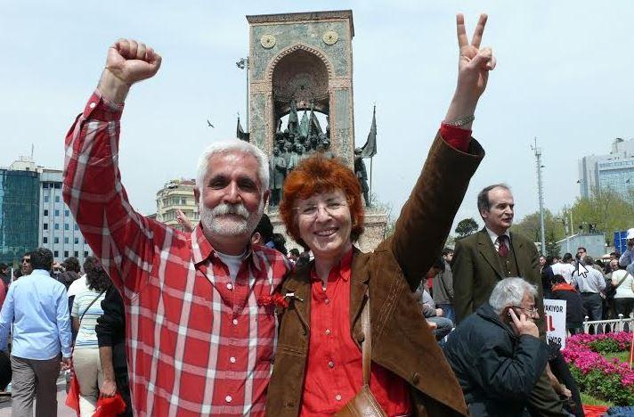 Ο Τεμέλ Ντεμιρέρ και η Σιμπέλ Οζμπουντούν στη διάρκεια της εξέγερσης του 2013 στο πάρκο Γκεζί. Τώρα κατηγορούνται για άλλη μια φορά, μαζί με εκατοντάδες ακόμη διανοούμενους, ως «συνεργάτες των Κούρδων τρομοκρατών»…