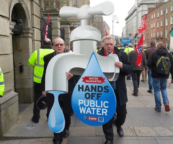 Οι συνεχείς και μαζικές κινητοποιήσεις των Ιρλανδών πολιτών ενάντια στην ιδιωτικοποίηση του νερού και την επιβολή χαρατσιών χρωμάτισαν ακόμη και την προεκλογική εκστρατεία. Τις υποστηρίζουν το Sinn Fein και άλλα μικρότερα κόμματα της Αριστεράς, καθώς και οι περισσότεροι ανεξάρτητοι.