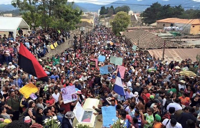 Η κηδεία της δολοφονημένης αγωνίστριας μετατράπηκε σε οργισμένο ποτάμι καταδίκης των ενόχων: της ντόπιας κυβέρνησης, των ΗΠΑ και των πολυεθνικών που καταληστεύουν την Ονδούρα.