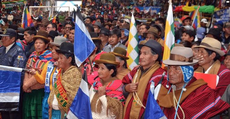 Μέχρι το 2005 οι ιθαγενείς, αν και αποτελούσαν τη μεγάλη πλειοψηφία του πληθυσμού της Βολιβίας, ήταν «αόρατοι». Μια ολιγάριθμη λευκή άρχουσα τάξη, υποστηριζόμενη από τη Δύση, τους καταπίεζε και τους εκμεταλλευόταν επί αιώνες. Έτσι, η εκλογή του ιθαγενούς Έβο Μοράλες μετά από μεγάλους και αιματηρούς αγώνες δεκαετιών αποτέλεσε πραγματικό σεισμό και σηματοδότησε την έναρξη μιας διαδικασίας «ιθαγενοποίησης» ολόκληρου του κράτους.