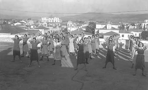Οι «Ματσαγγοπούλες» σε ώρα γυμναστικής στην ταράτσα του εργοστασίου (1930)