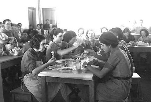 Ένας ολόκληρος κόσμος από γυναίκες του μόχθου, που μπορεί να μην επηρέασαν την Ιστορία, εντούτοις στο σύνολό τους αποτέλεσαν μια μοναδική ιστορική μνήμη και μια αλλιώτικη έμφυλη ματιά στο κοινωνικό γίγνεσθαι