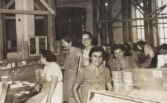 Πακεταρίστριες, δεκαετία του 1950. Από την προσωπική συλλογή της Μαριάνθης Ναχμία