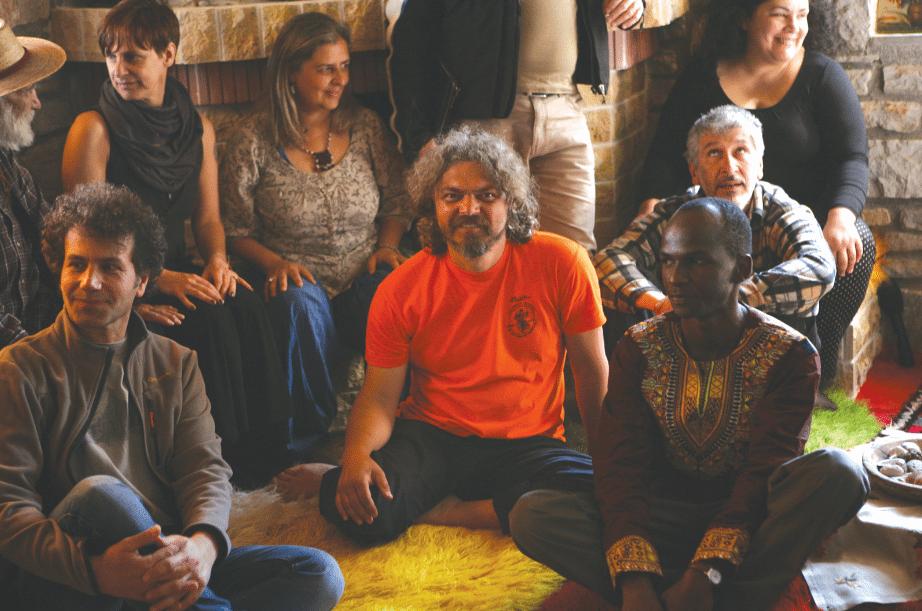Μια ομάδα από τους συμμετέχοντες στην 1η Παγκόσμια Συνάντηση για τα κοινά Αγαθά, τον Απρίλιο του 2015 στο σπίτι των σπόρων του Πελίτι με αφορμή τα 20 χρόνια από την ίδρυσή του. Στο κέντρο είναι ο ιδρυτής του Πελίτι, Παναγιώτης Σαϊνατούδης. Αριστερά με το καπέλο διακρίνεται ο Ούγκο Μπλάνκο, μια από τις μυθικές μορφές της λατινοαμερικάνικης αριστεράς. Ηγέτης της ένοπλης αγροτικής εξέγερσης στο Περού τη δεκαετία του '60, σήμερα εκδίδει το περιοδικό «Lucha indigena» (Ιθαγενικός Αγώνας) και ηγείται των ιθαγενικών και αγροτικών αγώνων στη Λατινική Αμερική ενάντια στη λεηλασία της γης και στο εξορυκτικό μοντέλο ανάπτυξης. [Φωτο, Δημ. Τσιγκράκης]