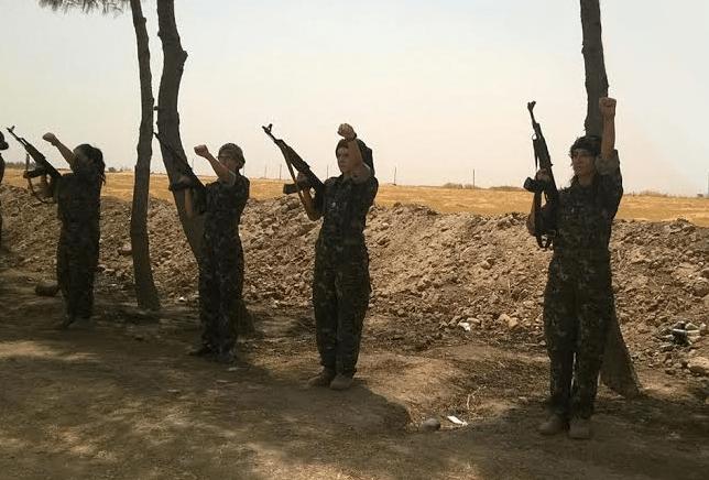 Ο κοσμικός και δημοκρατικός χαρακτήρας της κρατικής οργάνωσης στη Ροτζάβα προσελκύει και άλλες εθνοτικές και θρησκευτικές ομάδες πέρα από τους Κούρδους. Εδώ, αντάρτισσες των χριστιανικών ασσυριακών «Γυναικείων Μονάδων Προστασίας του Μπετ Ναχίν» (HSMB), που δημιουργήθηκαν στα πρότυπα των κουρδικών γυναικείων πολιτοφυλακών (YPJ) και πολεμούν στο πλάι των Κούρδων εναντίον του Ισλαμικού Κράτους