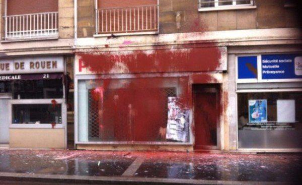 Έβαψαν κόκκινα και τα γραφεία των «σοσιαλιστών»