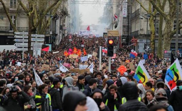 Εκατοντάδες χιλιάδες στους δρόμους της Γαλλίας