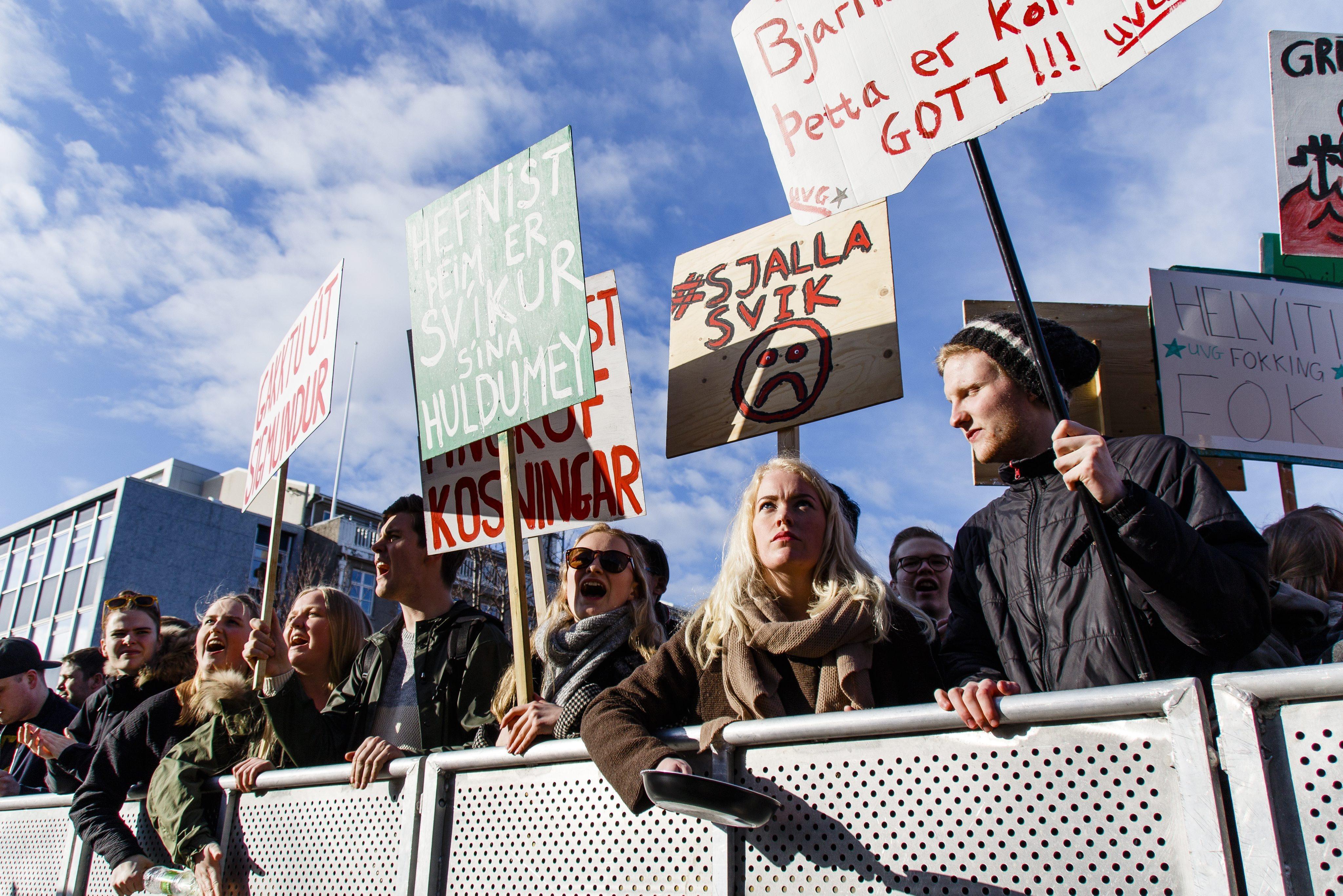Οργισμένοι οι Ισλανδοί, εξανάγκασαν σε παραίτηση τον κεντροδεξιό πρωθυπουργό που είχε κρύψει την τεράστια περιουσία του σε φορολογικούς παραδείσους.