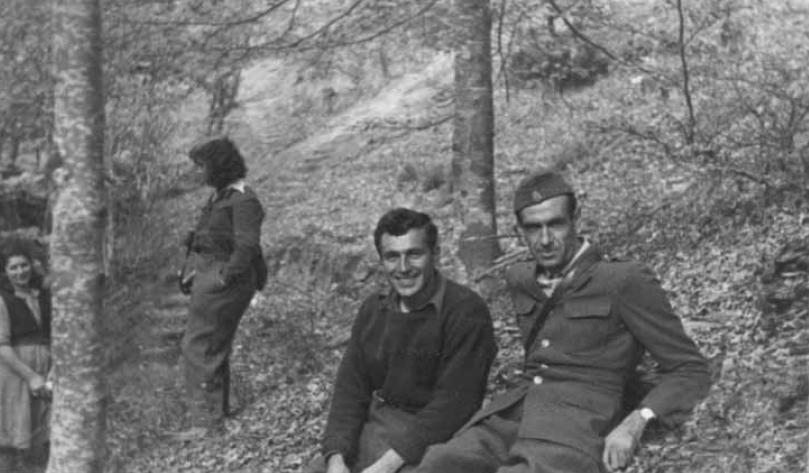 Ο Αλέξης Πάρνης, πολεμικός ανταποκριτής της 107 ταξιαρχίας του Δημοκρατικού Στρατού με τον Γιώργο Λαμπρινό, δημοσιογράφο και ιστορικό, στο ύψωμα Γκλάβατα, στο Βίτσι, Νοέμβριος 1948.