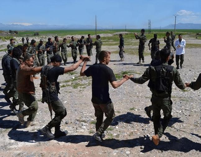 Ακολουθώντας το παράδειγμα των Κούρδων της Συρίας, οι Χριστιανοί Ασσύριοι έχουν αρχίσει να οργανώνονται και να πολεμούν στο πλάι των Κούρδων. Είναι ίσως οι πρώτοι που σπάνε την «παράδοση», βάσει της οποίας οι περισσότεροι χριστιανικοί πληθυσμοί της Μέσης Ανατολής δεν συγκροτούν ένοπλες οργανώσεις σε θρησκευτική βάση.