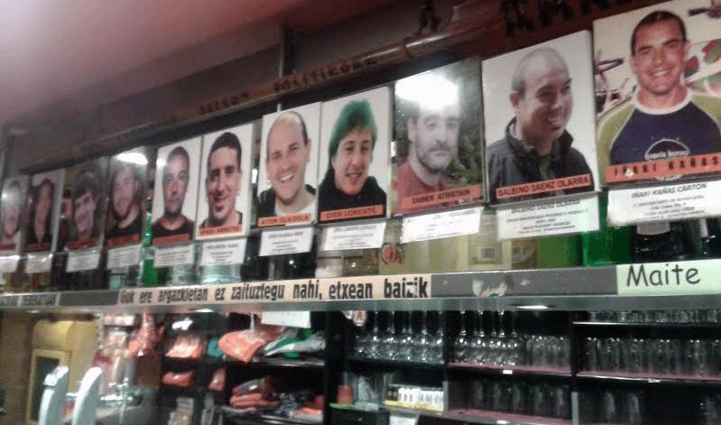 Οι «ντόπιοι» πολιτικοί κρατούμενοι είναι ωσεί παρόντες στα μπιστρό και τα νεολαιίστικα στέκια που συναντά κανείς σε κάθε γειτονιά και κάθε χωριό της Χώρας των Βάσκων.