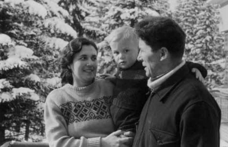 Ο Νίκος Ζαχαριάδης με την Ρούλα Κουκούλου και τον μικρό Σήφη