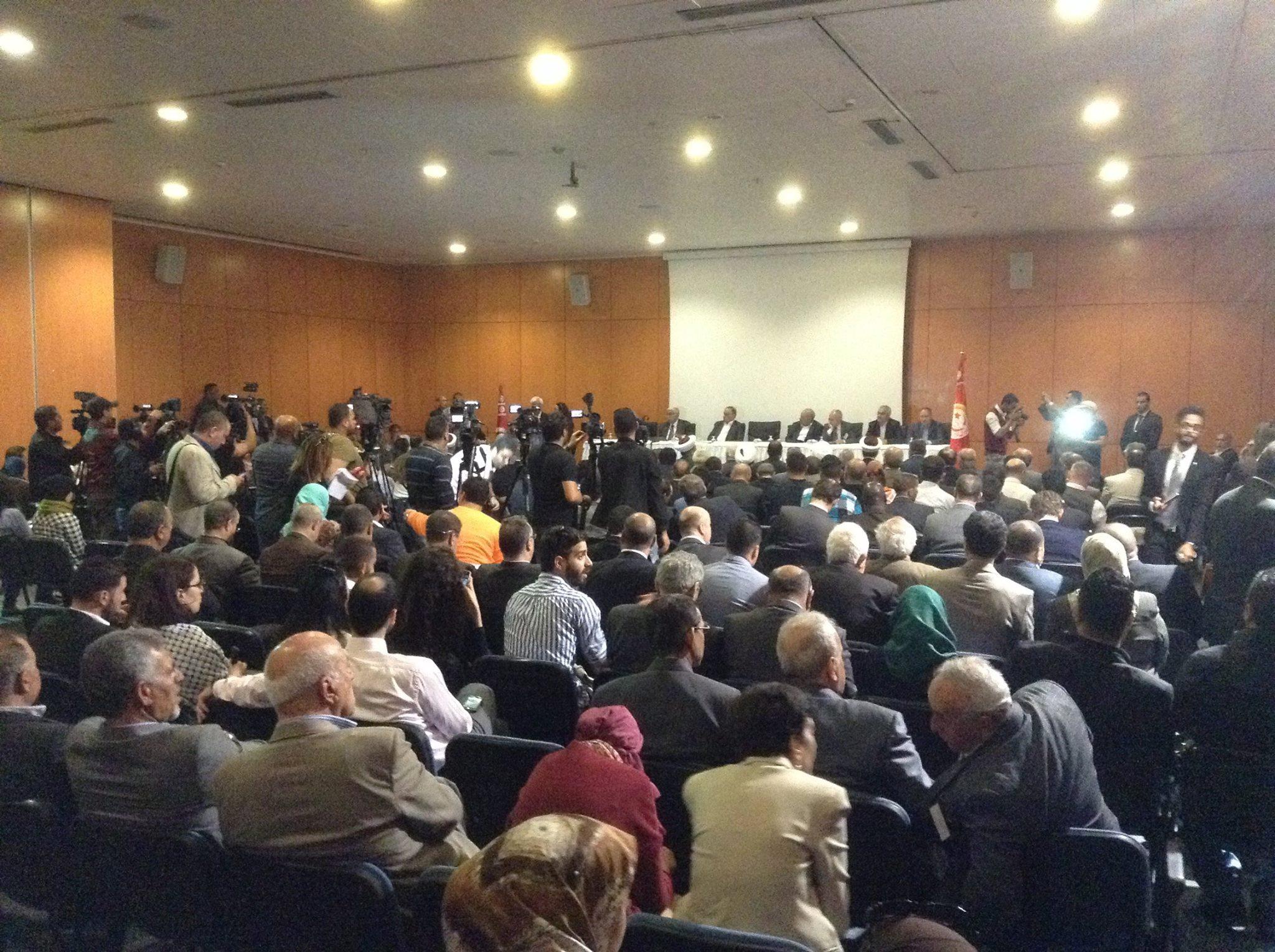 Τη δεύτερη ημέρα του Αραβικού-Διεθνούς Φόρουμ για Δικαιοσύνη στην Παλαιστίνη πραγματοποιήθηκε δημόσια εκδήλωση στην Τύνιδα, με μεγάλη συμμετοχή, η οποία καλύφθηκε από πολλά αραβικά ΜΜΕ. Μίλησαν μέλη του Φόρουμ που κάλυπταν ένα ευρύ πολιτικό και θρησκευτικό φάσμα, καταδεικνύοντας ότι το Παλαιστινιακό είναι θέμα που ενώνει και συμβάλλει σε κοινούς αγώνες ενάντια στο δυτικό ιμπεριαλισμό και το κατοχικό ρατσιστικό ισραηλινό κράτος.