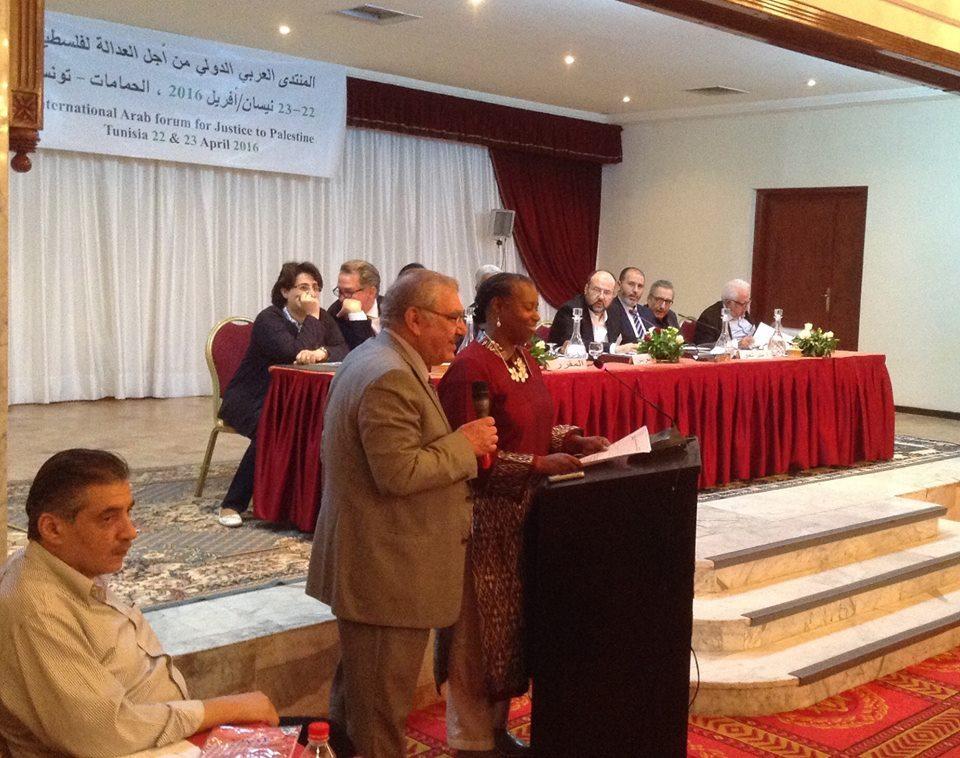 Στο βήμα του Αραβικού-Διεθνούς Φόρουμ για Δικαιοσύνη στην Παλαιστίνη η Αμερικανίδα Σύνθια Μακ Κίνεϊ, πρώην ανεξάρτητη υποψήφια πρόεδρος των ΗΠΑ: μια θαρραλέα φωνή που δεν διστάζει, μέσα από την «κοιλιά του κτήνους», να αγωνίζεται για μια δίκαιη και βιώσιμη λύση του Παλαιστινιακού - δηλαδή για τον τερματισμό της κατοχής, τη συντριβή του ρατσιστικού καθεστώτος και την επιστροφή όλων των προσφύγων στα σπίτια τους. Η Σύνθια Μακ Κίνεϊ ήταν μία από τις λιγοστές δυτικές παρουσίες στο Φόρουμ.