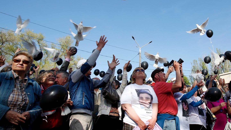 Παρά την αφόρητη τρομοκρατία και τις απαγορεύσεις, χιλιάδες άνθρωποι συγκεντρώθηκαν κοντά στο Μέγαρο των Συνδικάτων, απαιτώντας δικαιοσύνη για τα θύματα της σφαγής του 2014. Τίμησαν τη μνήμη τους αφήνοντας να υψωθούν στον ουρανό μαύρα μπαλόνια και λευκά περιστέρια…