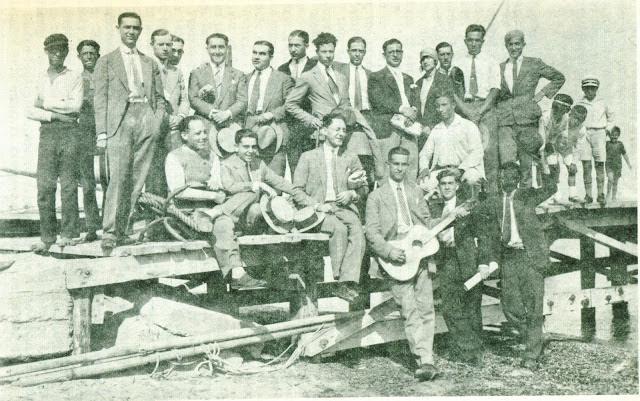 Ιούλιος 1927: Οι «μπαγιάτηδες» περιμένουν στην εξέδρα του Λευκού Πύργου το βαποράκι για να πάνε απέναντι.
