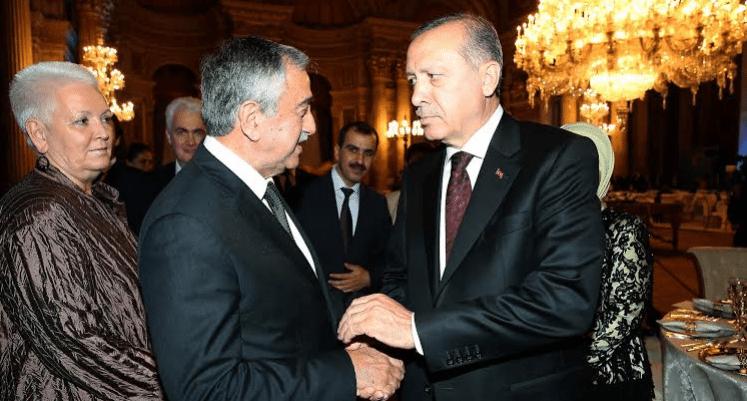 ην επομένη κιόλας των κυπριακών εκλογών, ο Ερντογάν έσπασε το διπλωματικό πρωτόκολλο προσκαλώντας αυθαίρετα τον επικεφαλής του ψευδοκράτους Ακιντζί στο επίσημο δείπνο των αρχηγών κρατών που πήραν μέρος στη Σύνοδο του ΟΗΕ για την Ανθρωπιστική Κρίση. Έτσι, ο πρόεδρος της Κυπριακής Δημοκρατίας αναγκάστηκε να μην συμμετάσχει στο δείπνο και επιπλέον να ακυρώσει τη χθεσινή συνάντησή του με τον Ακιντζί.