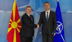 Ο πρόεδρος της ΠΓΔΜ Γκιόργκι Ιβάνοφ (εδώ σε συνάντησή του με το γενικό γραμματέα του ΝΑΤΟ Γενς Στόλτενμπεργκ) έχει γελοιοποιηθεί από τους Δυτικούς, που τον υποχρέωσαν μέσα σε μια μέρα να ανακαλέσει την απονομή χάριτος την οποία ο ίδιος έδωσε σε πρώην κυβερνητικούς αξιωματούχους για το σκάνδαλο των υποκλοπών και της διαφθοράς. Παρηγοριέται, όμως, ειρωνευόμενος τη μόνη χώρα που μπορεί: την Ελλάδα…