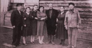 Έλληνες της Κριμαίας εκτοπισμένοι στα Ουράλια, έξω από το ξύλινο παράπηγμα («μπαράκια»), στα οποία ζούσαν πολλές οικογένειες μαζί, στη Σιβηρία, δεκαετία 1940