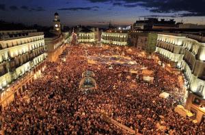 Δέκα μέρες πριν από τις «ελληνικές» πλατείες του 2011, εισέβαλε σε 58 πόλεις του ισπανικού κράτους ένα νέο, αυτοοργανωμένο και ριζοσπαστικό φαινόμενο: το «Κίνημα 15-Μ» ή, όπως τελικά επικράτησε να ονομάζεται, το κίνημα των Αγανακτισμένων. Από τη Μαδρίτη ώς τη Βαρκελώνη, εκατομμύρια πολίτες, απηυδισμένοι από μια λιτότητα που πήγαινε χέρι-χέρι με ένα διεφθαρμένο πολιτικό σύστημα και με τους τραπεζίτες-λήσταρχους, κατέλαβαν τις πλατείες και άλλαξαν για πάντα τα δεδομένα.