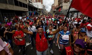 Υποστηρικτές της κυβέρνησης Μαδούρο διαδηλώνουν στις αρχές Ιουνίου στο Καράκας, καταδικάζοντας τη μεροληπτική στάση του Γενικού Γραμματέα του Οργανισμού Αμερικανικών Κρατών κατά της Βενεζουέλας.
