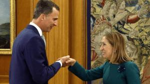 Η νέα δεξιά πρόεδρος της Βουλής Άνα Παστόρ συναντά τον βασιλιά Φελίπε. Η φωτογραφία δίνει ανάγλυφα την εικόνα μιας εξουσίας που ζει σε προηγούμενες εποχές – όταν η μοναρχία αποτελούσε τον εγγυητή της διαιώνισης ενός από τα πλέον διεφθαρμένα και καταπιεστικά κράτη του ευρωπαϊκού Νότου.