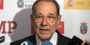 Τα ισπανικά ΜΜΕ χτες εξυμνούσαν την «παραδειγματική πρωτοβουλία των πλέον εξεχόντων καλλιτεχνών και διανοουμένων της χώρας», οι οποίοι καλούν τα κόμματα «να κάνουν τις αναγκαίες θυσίες ώστε να σχηματιστεί σταθερή κυβέρνηση». Για να καταλάβει κανείς την ποιότητα των… καλλιτεχνών και διανοουμένων, αρκεί να σημειωθεί ότι σ' αυτούς περιλαμβάνονται 7 πρώην υπουργοί. Και ο εικονιζόμενος κύριος Χαβιέ Σολάνα, πρώην γενικός γραμματέας του ΝΑΤΟ.