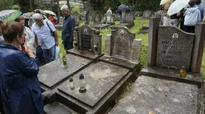 Στο νεκροταφείο των ηρωικών μαχητών, με το μοναδικό σφυροδρέπανο που σώθηκε, στο Κροστσένκο της Πολωνίας. (φωτό Στ. Ελληνιάδη)