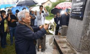 Η Μαρία Κυριάκου, από τους τελευταίους επιζώντες που αγωνίστηκαν στο Γράμμο, κατέθεσε το στεφάνι των «Μετά» στο μνημείο του Νίκου Μπελογιάννη, λέγοντας «αυτή είναι η καλύτερη στιγμή της ζωής μου». Ακολούθησε ενός λεπτού σιγή και με δακρυσμένα μάτια οι παραβρισκόμενοι τραγούδησαν τον εθνικό ύμνο υπό συνεχή βροχή… (φωτό Στ. Ελληνιάδη)