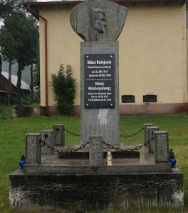 Το μνημείο του Μπελογιάννη σώθηκε από την αντικομμουνιστική λαίλαπα που επιβλήθηκε δια νόμου στην Πολωνία, με αφαιρέσεις και ανορθογραφίες… (φωτό Στ. Ελληνιάδ