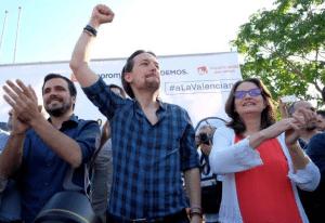 Αριστερά ο Αλμπέρτο Γκαρθόν, επικεφαλής της Ενωμένης Αριστεράς, και στο κέντρο ο ηγέτης των Podemos Πάμπλο Ιγκλέσιας. Οι προσδοκίες τους να αναδειχθούν από κοινού δεύτεροι στις εκλογές, ποντάροντας σε μια εικόνα «υπεύθυνης» πολιτικής δύναμης, διαψεύστηκαν με οδυνηρό τρόπο…